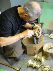 花瓶作り。一つ一つ手掘りで仕上げておられます。
